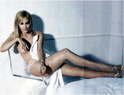 Фото красивых и длинных женских ног практически голой Шерон Стоун на диване.