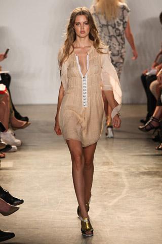 В статье рассказывается о модных шифоновых платьях, их фасонах и